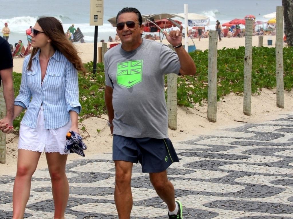Galvão Bueno caminha na orla de Ipanema, no Rio de Janeiro (15/10/12)