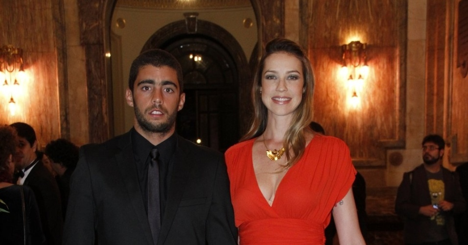 Luana Piovani e o marido, Pedro Scooby, prestigiaram a cerimônia de entrega do Grande Prêmio do Cinema Brasileiro 2012 que aconteceu no Theatro Municipal do Rio de Janeiro (15/10/12)