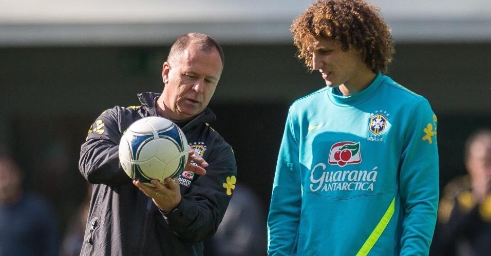 Mano Menezes conversa com zagueiro David Luiz em treinamento da seleção