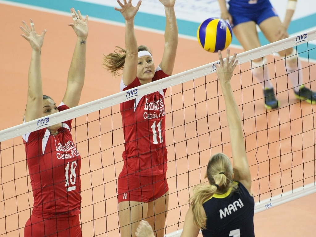 Mari tenta dar uma largada para passar pelo bloqueio duplo do Lancheras na vitória do Fenerbahce por 3 sets a 0 (15/10/2012)