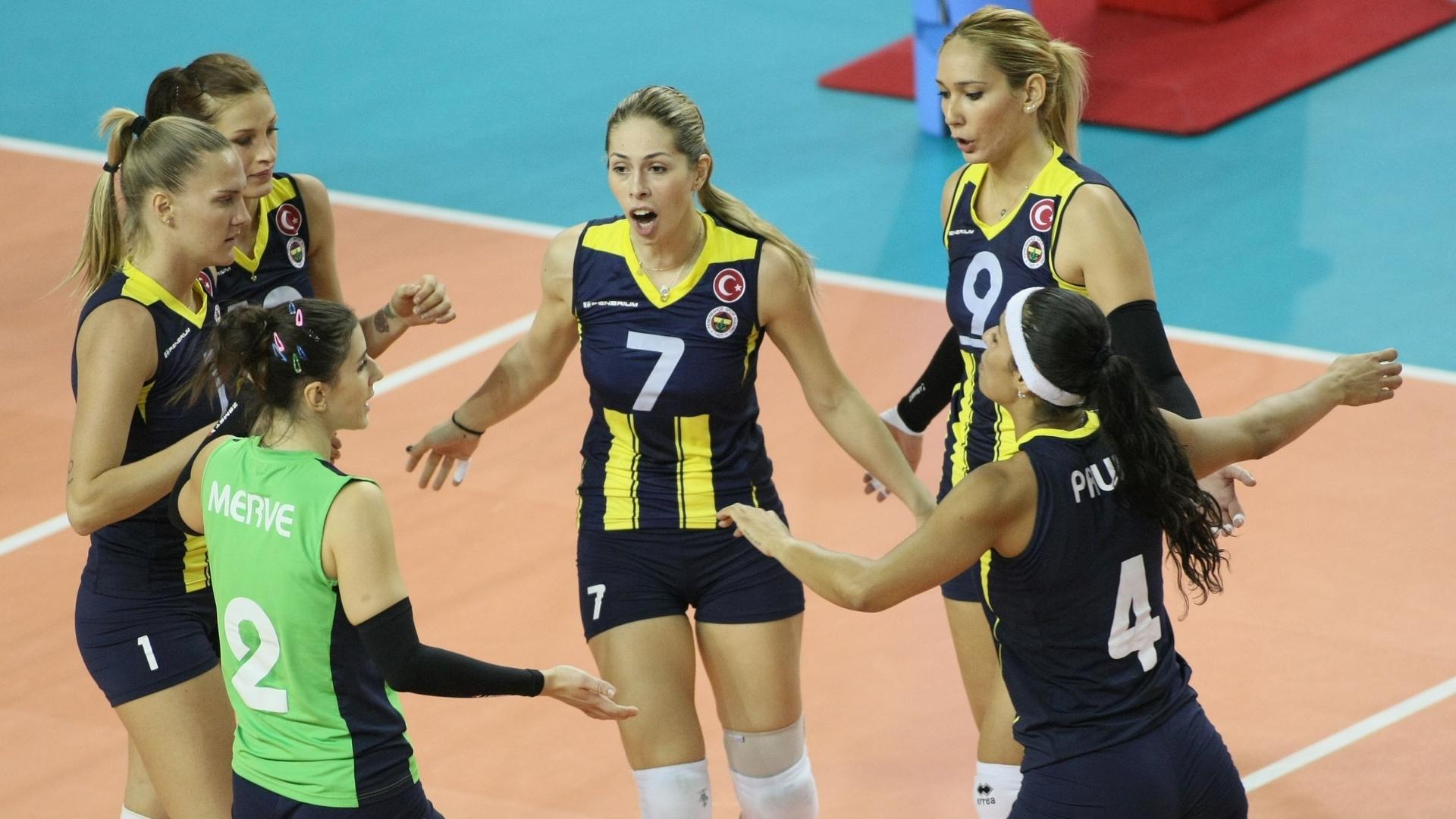 Pelo grupo B do Mundial feminino, o Fenerbahce, das brasileiras Mari e Paula Pequeno, venceu o Lancheras de Catano por 3 a 0 (15/10/2012)