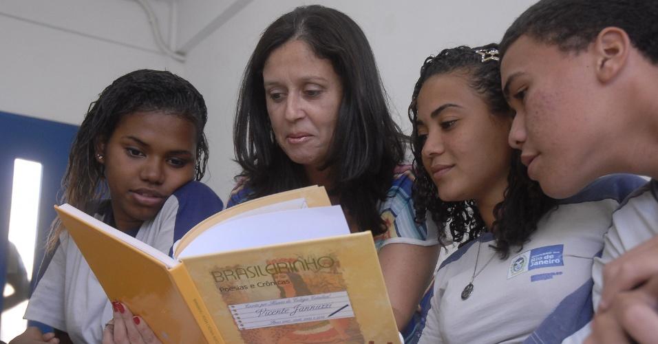 Professora usa música para ensinar história