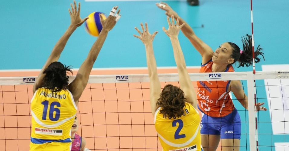 Sheilla tenta passar pelo bloqueio duplo do Rabita Baku em lance da vitória do Sollys/Nestlé nesta segunda-feira (15/10/2012)