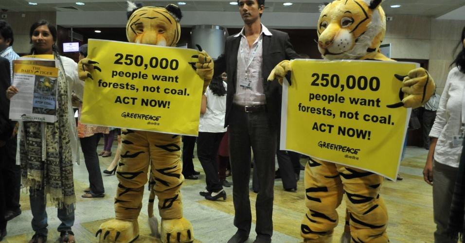 16.out.2012 - Fantasiados de tigres, membros do Greenpeace protestam na entrada da 11ª Conferência das Partes da Convenção sobre Diversidade Biológica, a COP11, que acontece em em Hyderabad, na Índia, até o próximo dia 19. O evento reúne 15 mil delegações de cerca de 185 países para debater metas e estratégias para garantir a conservação da biodiversidade no planeta
