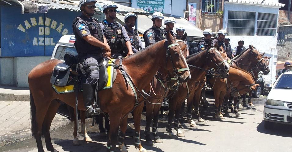 16.out.2012 - Polícia montada no patrulhamento da região do Jacarezinho com um efetivo de 18 pms