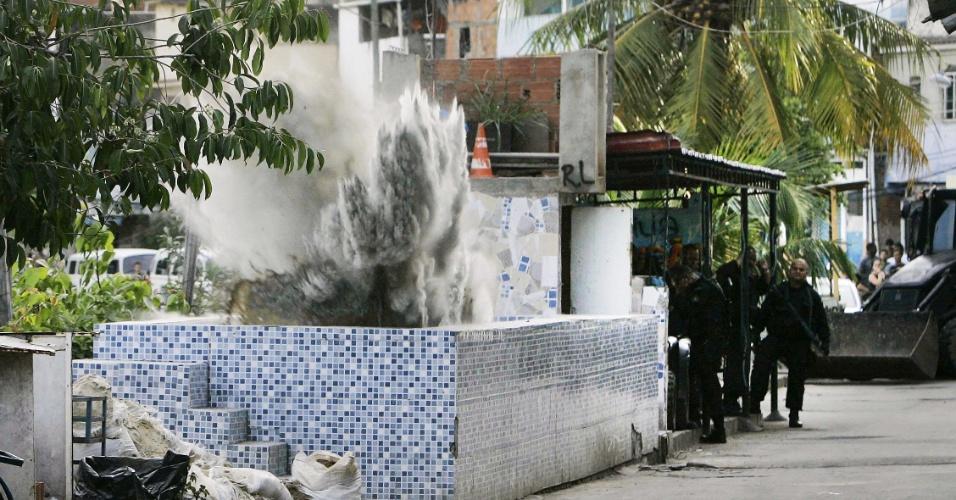 16.out.2012 - Policiais do Bope implodem piscina usada por traficantes durante o processo de ocupação da Favela do Jacarezinho, na zona norte do Rio de Janeiro. O batalhão de operações especiais assumiu o posto da Polícia Civil, que estava na comunidade desde o último domingo (14)