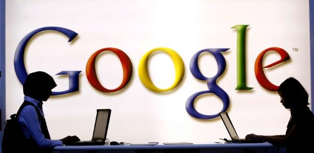 Imagem mostra pessoas utilizando laptop próximo ao estande do Google na Feira do Livro de Frankfurt