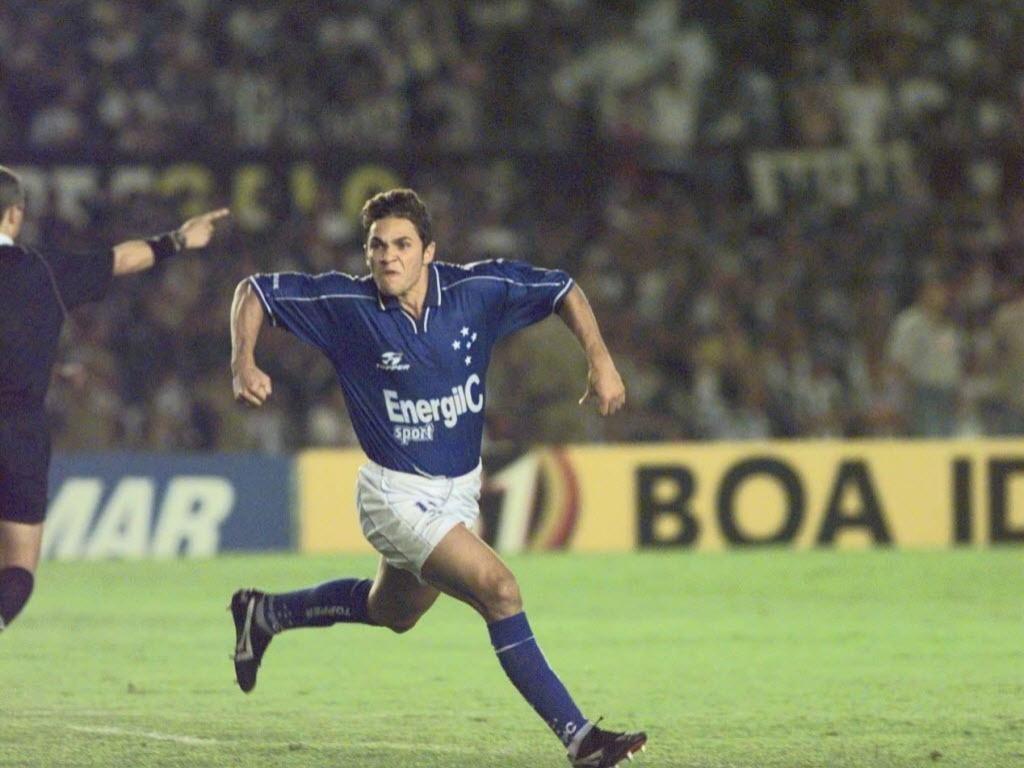 Alex Alves comemora o seu segundo gol contra o Atlético-MG no estádio do Mineirão, em Belo Horizonte (MG). Cruzeiro venceu Atlético-MG por 3 a 0 em 1999