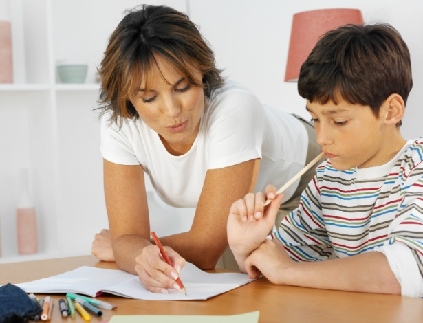 Até pelo menos os 10 anos, é muito importante que um adulto acompanhe de perto a hora da lição