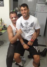 Maldonado posa com amigo lutador Saulo de Souza em seu colo depois de deixar o hospital