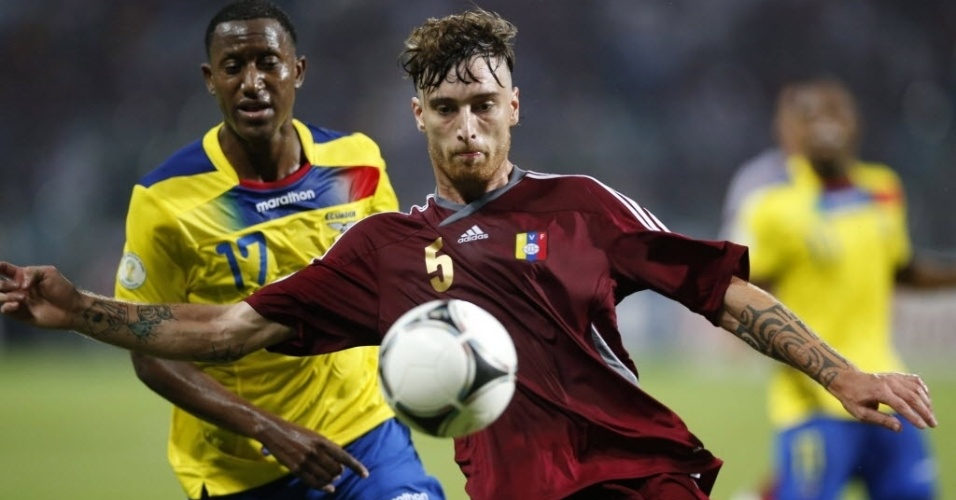 Fernando Amorebieta, da Venezuela, domina a bola marcado de perto por Jaime Ayovi, do Equador