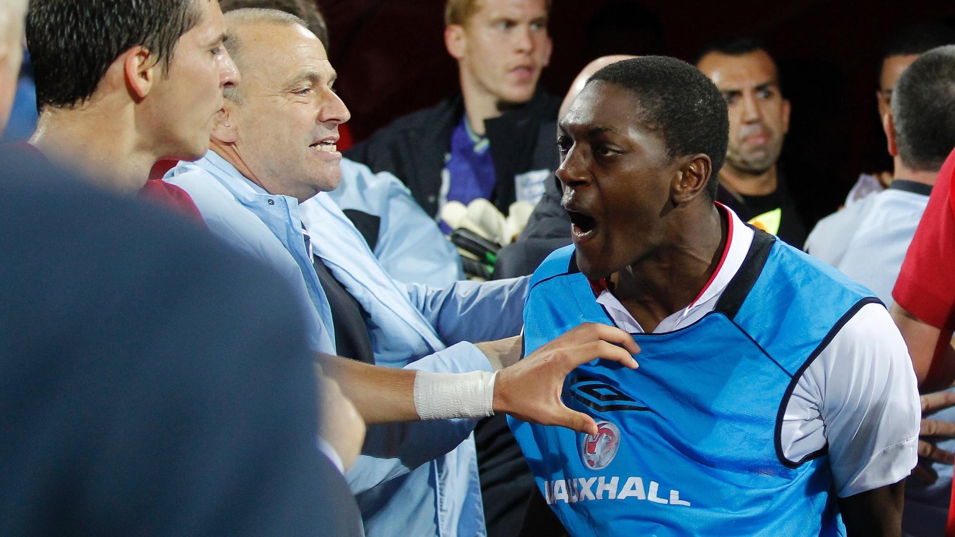 Marvin Sordell, da seleção sub-21 da Inglaterra, discute com jogador da Sérvia após confusões em partida das eliminatórias da Euro sub-21 (16/10/2012)