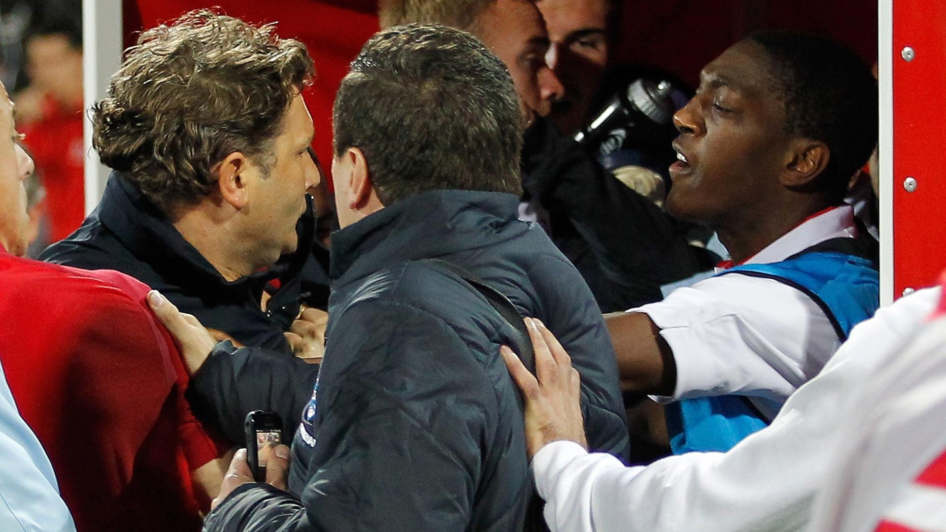Marvin Sordell (dir), da seleção sub-21 da Inglaterra, discute com jogador da Sérvia após confusões em partida das eliminatórias da Euro sub-21 (16/10/2012)