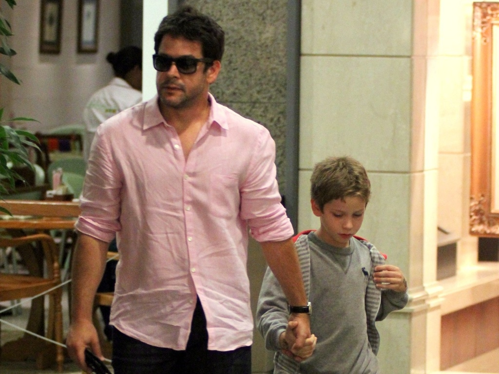 O ator Murilo Benício foi às compras com o filho em shopping do Rio de Janeiro e parou para falar com fãs (16/10/12)