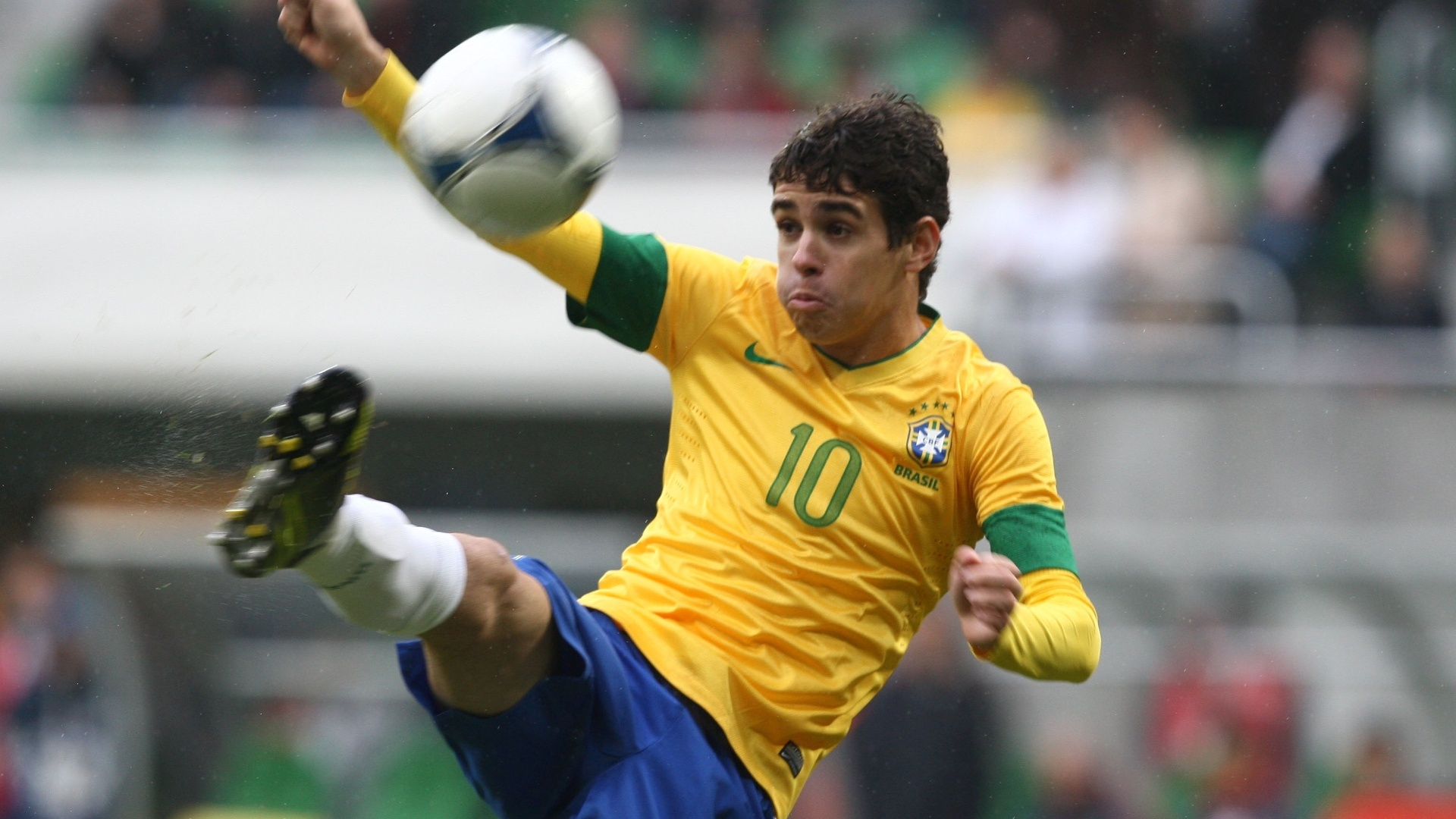 Oscar tenta dominar a bola no amistoso contra a seleo japonesa