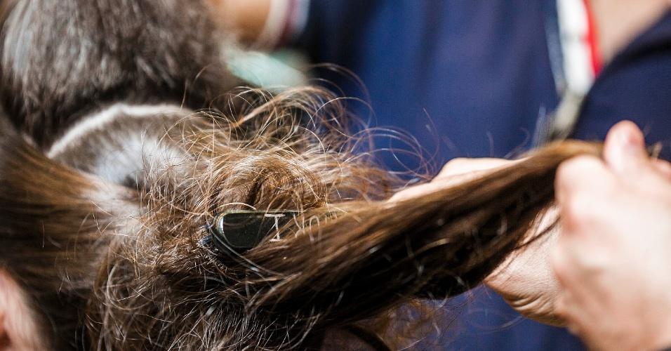 Passo a passo de penteado para convidadas do casamento, feito por Viktor I, do salão Vímax