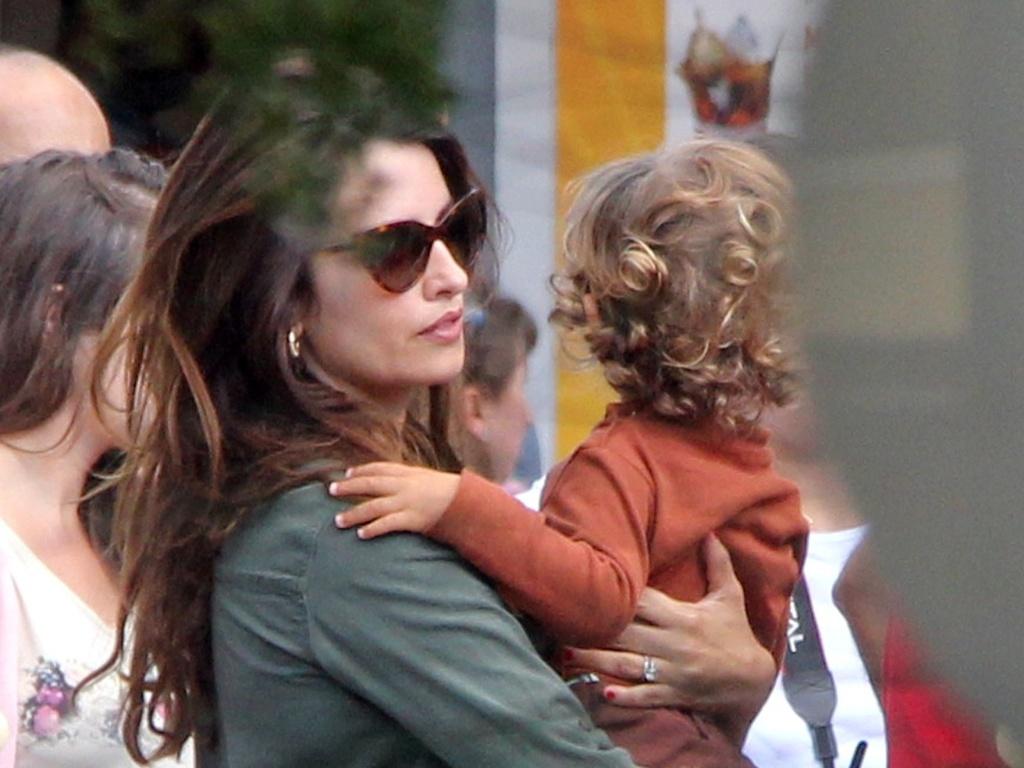 Penélope Cruz leva o filho Leo, de um ano, para passear no parque da Warner Studios em Madrid, Espanha (16/10/12)