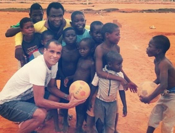 Rivaldo joga bola com crianças carentes em Angola