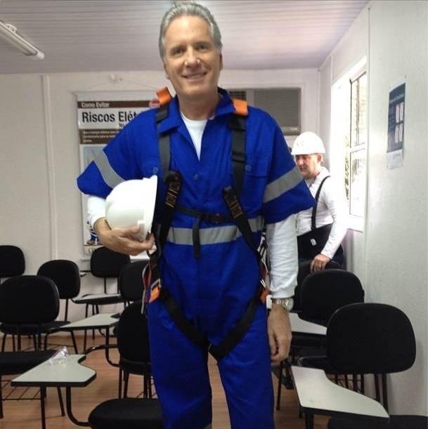 Roberto Justus publicou uma foto em seu Twitter vestindo uma roupa diferente da que usa em seu programa na Record e escreveu: