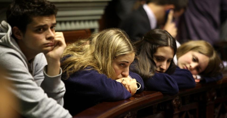 17.10.2012 - Grupo de jovens acompanha da plateia sessão do Senado uruguaio, em Montevidéu, nesta quarta-feira (17). Os senadores do país sancionaram lei que descriminaliza o aborto