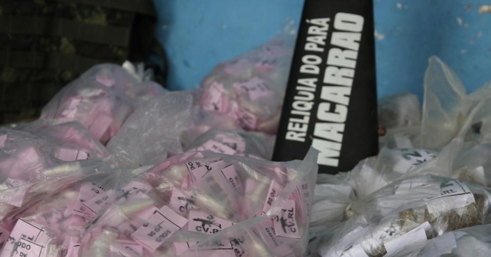 17.10.2012 - Polícia Militar apreende grande quantidade de drogas na favela Antares, em Santa Cruz, na zona oeste do Rio de Janeiro, nesta quarta-feira (17)