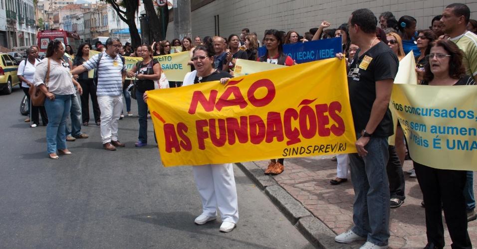 17.10.2012 - Servidores da área da saúde realizam protesto contra a privatização do setor, em frente ao HemoRio, no centro do Rio de Janeiro (RJ), nesta quarta-feira (17). Durante a manifestação, os servidores pedem à população que doe sangue para ajudar o hospital