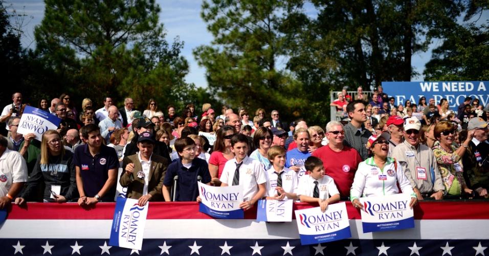 17.out.2012 - Apoiadores do candidato republicano Mitt Romney comparecem a um comício realizado em Chesapeake, sudeste do Estado de Virginia
