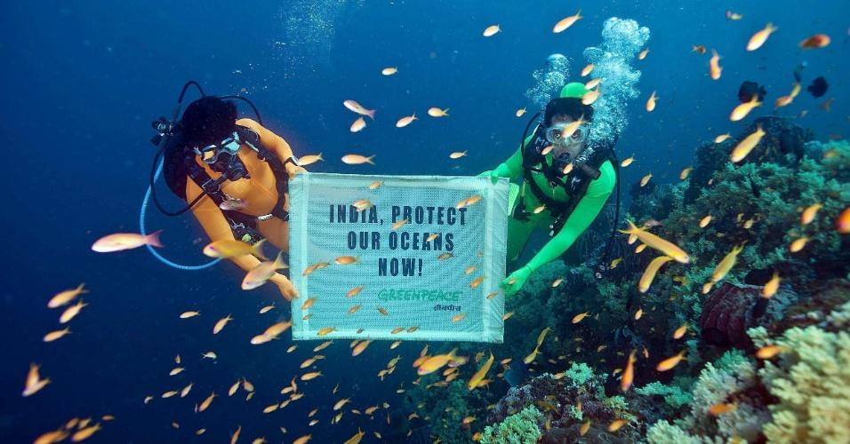 17.out.2012 - Ativistas do Greenpeace mergulham a 20 metros de profundidade na costa das ilhas Andaman e Nicobar, na Índia, para pedir melhor proteção aos oceanos. O país é sede da COP11, conferência da ONU (Organização das Nações Unidas) que tenta estabelecer metas para a conservação da biodiversidade do planeta. Relatório divulgado nesta quarta-feira (17), durante evento, acrescentou 400 seres vivos em lista das espécies mais ameaçadas do planeta