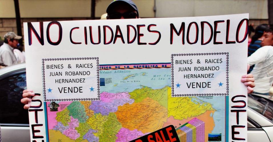 17.out.2012 - Centenas de pessoas participam de um protesto em Tegucigalpa, capital de Honduras, contra as Regiões Especiais de Desenvolvimento (RED), conhecidas como cidades-modelo. O projeto dá a esses espaços o direito de estabelecer leis, sistema fiscal, polícia e políticas de imigração próprios