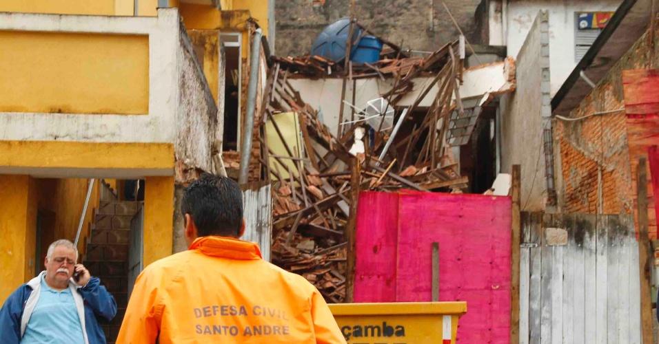 17.out.2012 - Equipes da Defesa Civil trabalham em área onde casa desabou, no bairro Jardim Jamaica, em Santo André, na Grande São Paulo. Ninguém ficou ferido