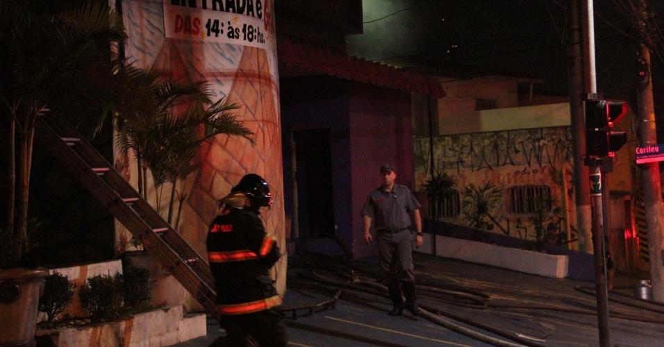 17.out.2012 -  Incêndio atinge casa de shows Faraós na Avenida Corifeu de Azevedo Marques, no bairro do Jaguaré, zona oeste de São Paulo (SP)