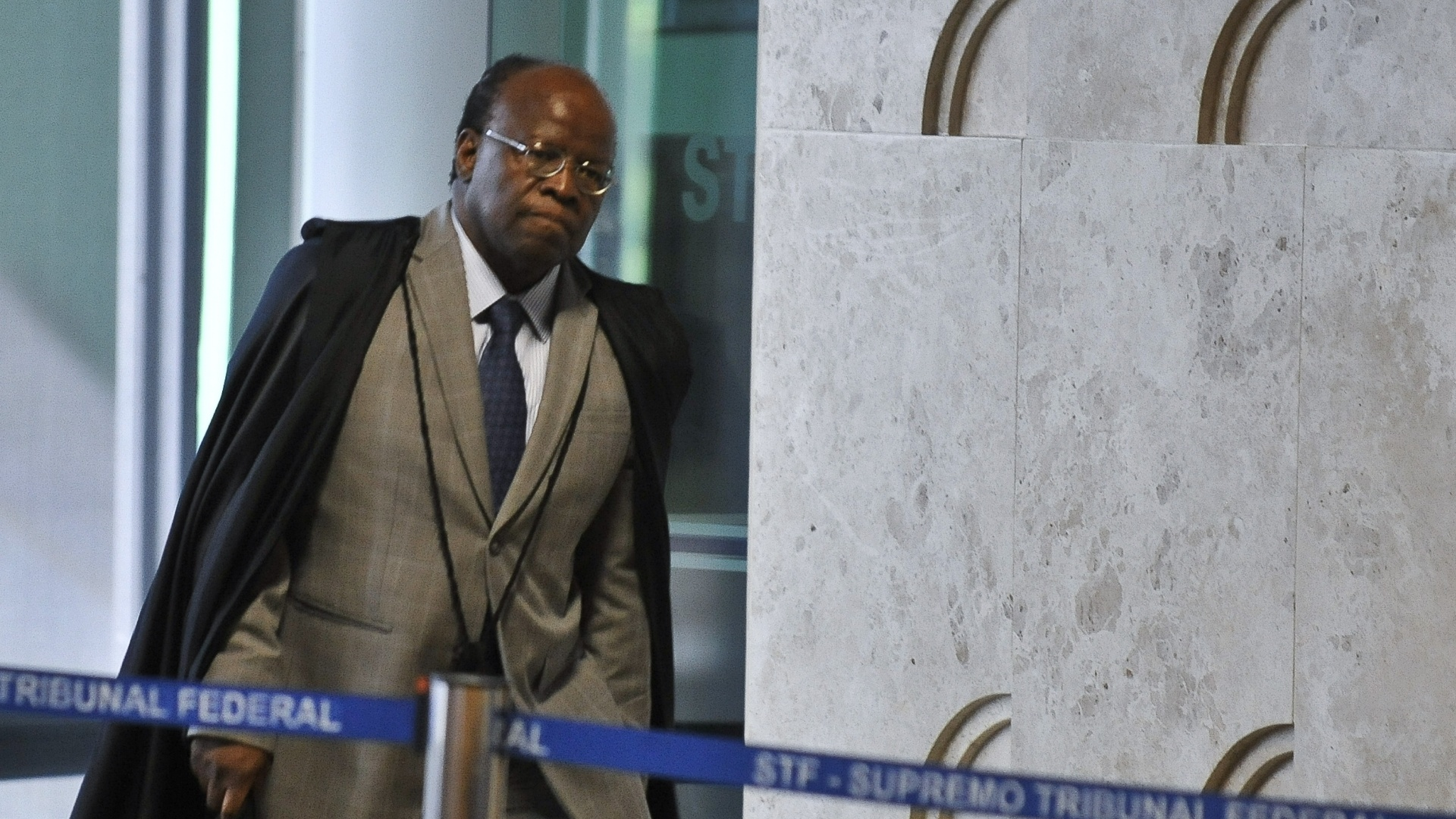 17.out.2012 - Ministro Joaquim Barbosa chega ao plenrio para julgamento do mensalo. O  STF (Supremo Tribunal Federal) conclui hoje item sobre lavagem de dinheiro por ex-parlamentares do PT