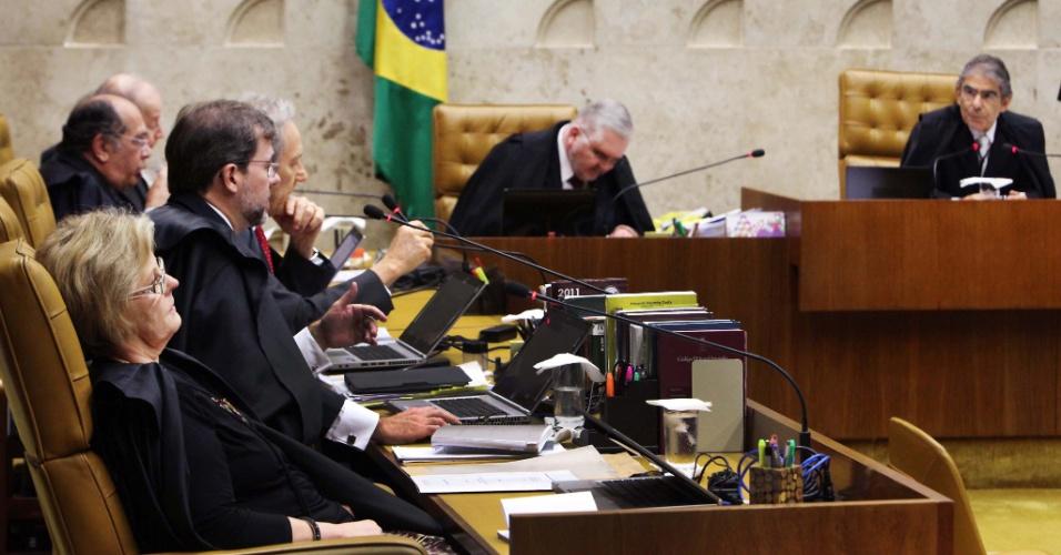 17.out.2012 - Ministros do STF e Roberto Gurgel, procurador-geral da República, acompanham sessão de julgamento do mensalão. Os ministros não chegaram a uma conclusão quanto à condenação de três réus acusados de lavagem de dinheiro. Cinco ministros absolveram e cinco condenaram os ex-deputados federais Paulo Rocha (PT-PA) e João Magno (PT-MG) e o ex-ministro dos Transportes Anderson Adauto (ex-PL)