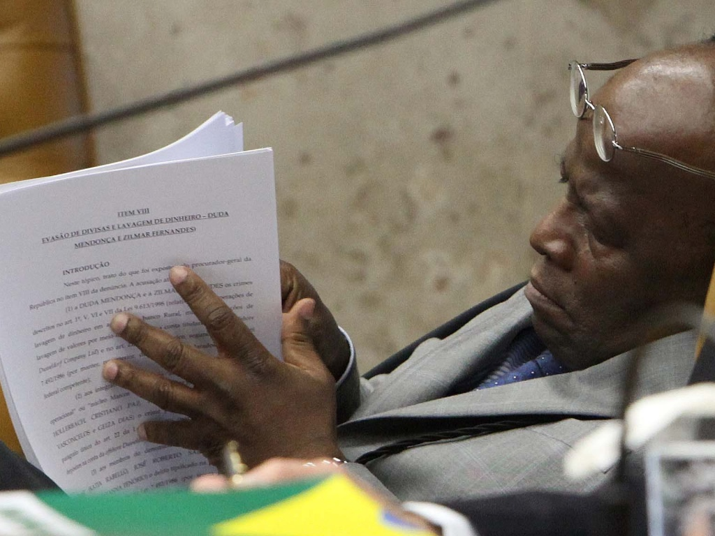 17.out.2012 - O ministro Joaquim Barbosa analisa processo na mesa do STF