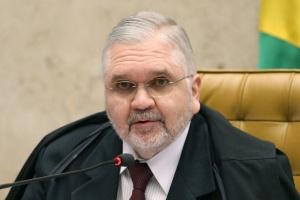 O procurador-geral da República, Roberto Gurgel, acompanha sessão no plenário, em Brasília