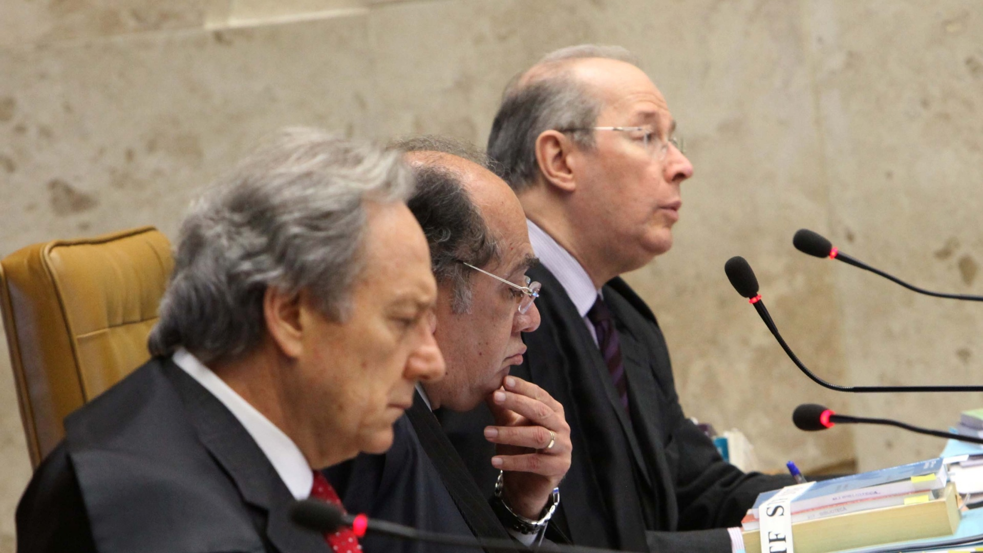 17.out.2012 - Os ministros Ricardo Lewandowski, Gilmar Mendes e Celso de Mello acompanham sesso no STF