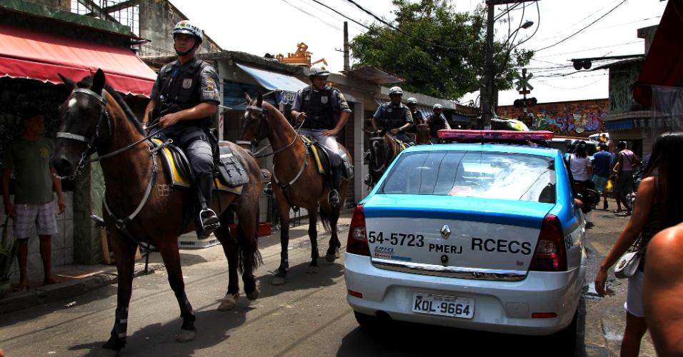 17.out.2012 - Polícia Montada faz o patrulamento dentro da favela do Jacarezinho, ocupada pelo Bope desde terça-feira (16)