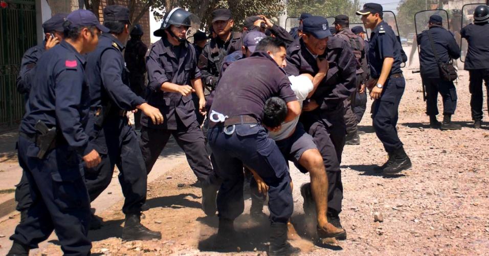 17.out.2012 - Polícia prede a um manifestante em confronto entre moradores de San Salvador de Jujuy, no norte do país, próximo à fronteira com a Bolívia. Cerca de 60 pessoas ficaram feridas e 49 foram detidas em um protesto de vizinhos que são contra a ampliação de uma usina transformadora de energia por medo de contaminação