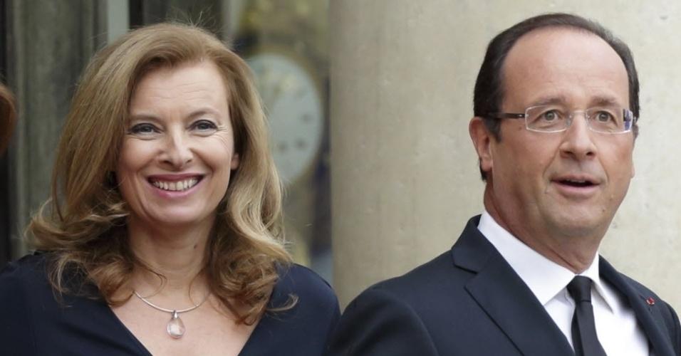 17.out.2012 - Presidente da França, Francois Hollande (direita) e sua mulher, Valerie Trierweiler, recebem convidados no palácio do Eliseu, em Paris