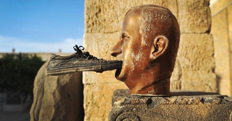 17.out.2012 - Um sapato é colado à boca de estátua do ex-presidente Hafez al-Assad em Maaret al-Numan, no noroeste do país, região sob controle do exército rebelde. Hafez é pai de Bashar al-Assad, atual presidente, e governou a Síria de 1971 a 2000, ano de sua morte