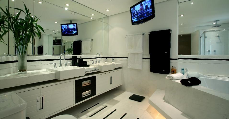 A arquiteta Jóia Bergamo projetou um banheiro para um empresário solteiro que queria um ambiente inteligente - com muita praticidade na distribuição dos equipamentos - sem deixar de lado os acabamentos charmosos e sofisticados. E, para garantir essa praticidade, a arquiteta escolheu materiais fáceis de manter, como o porcelanato e o vidro e optou pela automação total dos eletrônicos executada pela Avantime
