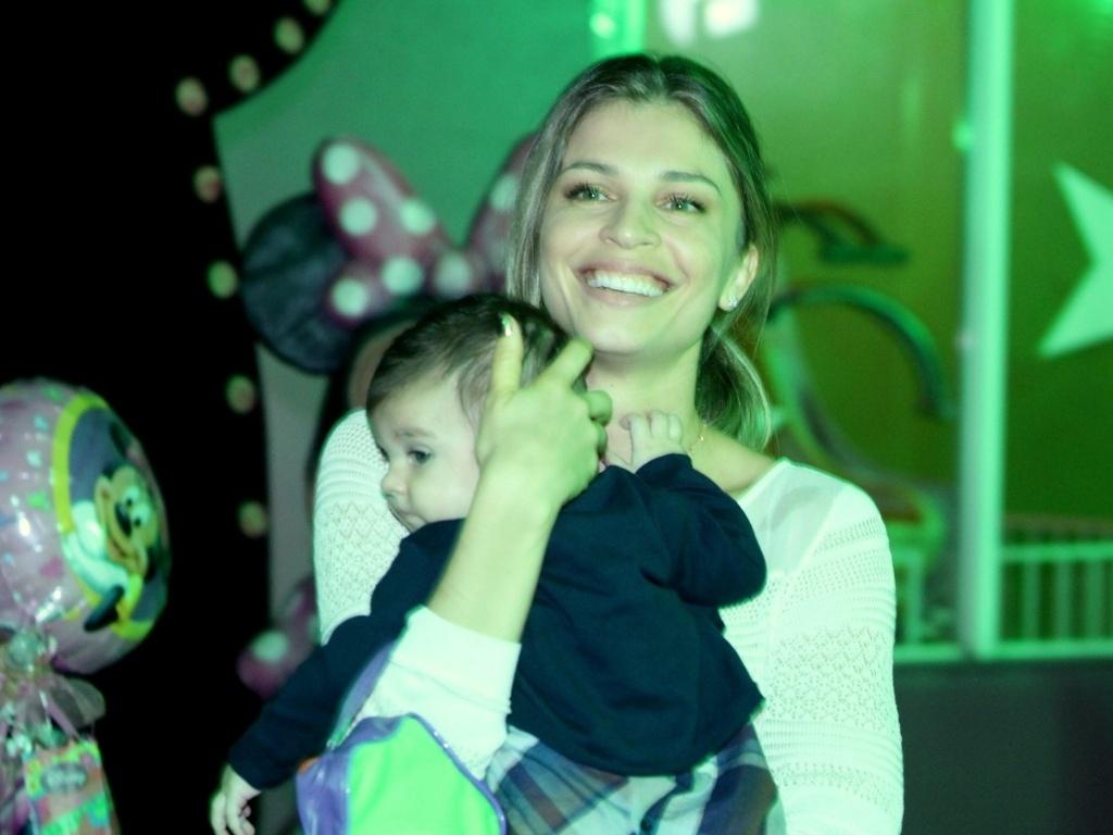 A atriz Grazi Massafera levou Sofia, de quatro meses, ao aniversário das filhas de Giovanna Antonelli em um salão de festas na zona oeste do Rio (17/10/12)