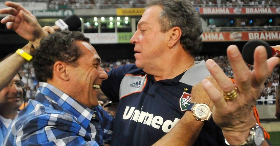 Abel Braga e Vanderlei Luxemburgo, técnicos de Grêmio e Fluminense, se cumprimentam antes da partida no Engenhão