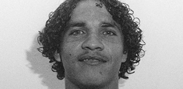 Alex Alves, com os cabelos compridos, posa para foto em sua passagem pelo Palmeiras