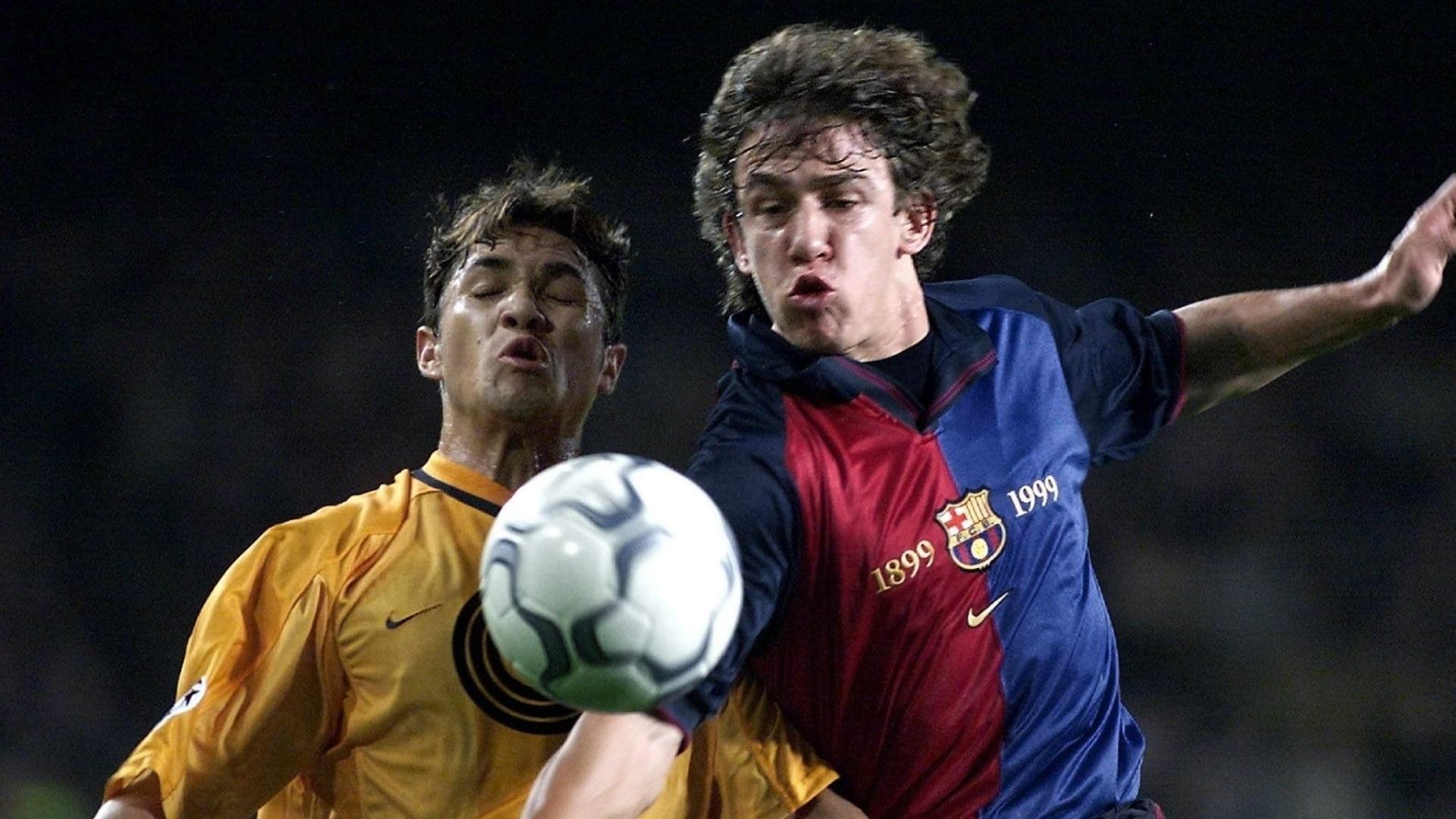 Alex Alves, do Hertha Berlim, disputa bola com o espanhol Puyol, do Barcelona, em um jogo da Liga dos Campeões