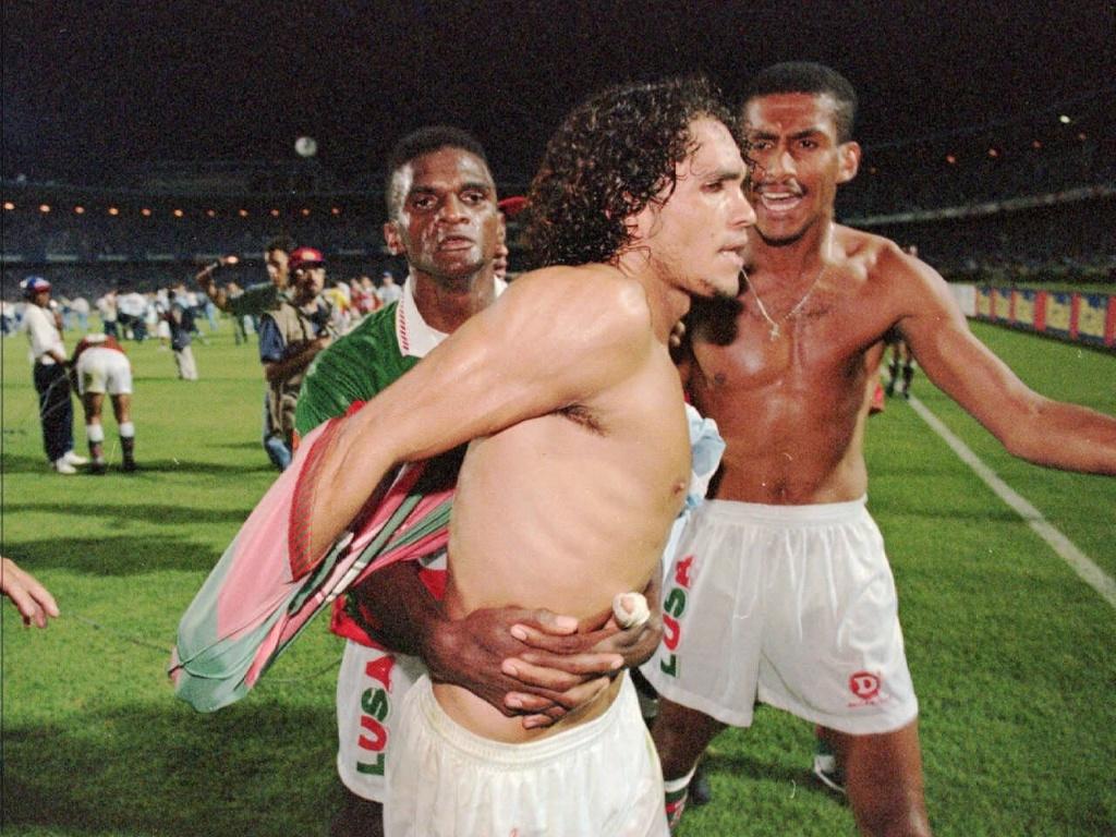 Atacante Alex Alves, da Portuguesa, tem de ser contido pelos companheiros após a perda do título brasileiro para o Grêmio, em 1996