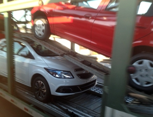 Chevrolet Onix sem qualquer camuflagem é visto em caminhão-cegonha na BR-101, em Santa Catarina