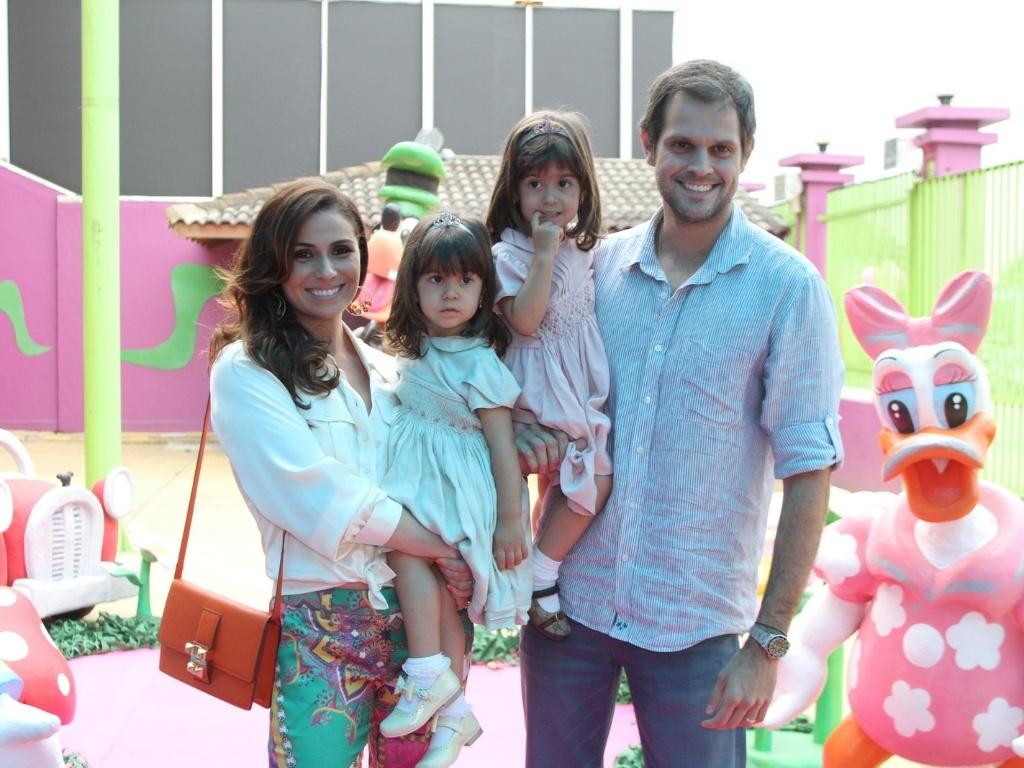 Giovana Antonelli posa com as filhas Antonia e Sofia e o marido, Leonardo Nogueira, no aniversário das gêmeas (17/10/2012)