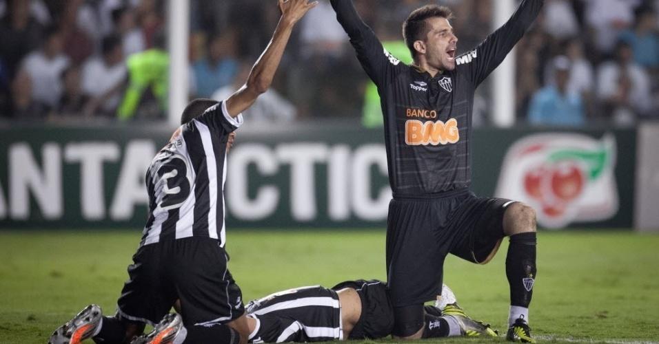 Jogadores do Atlético-MG acenam para médicos entrarem no gramado e atenderem Rafael Marques, desacordado após choque com companheiro