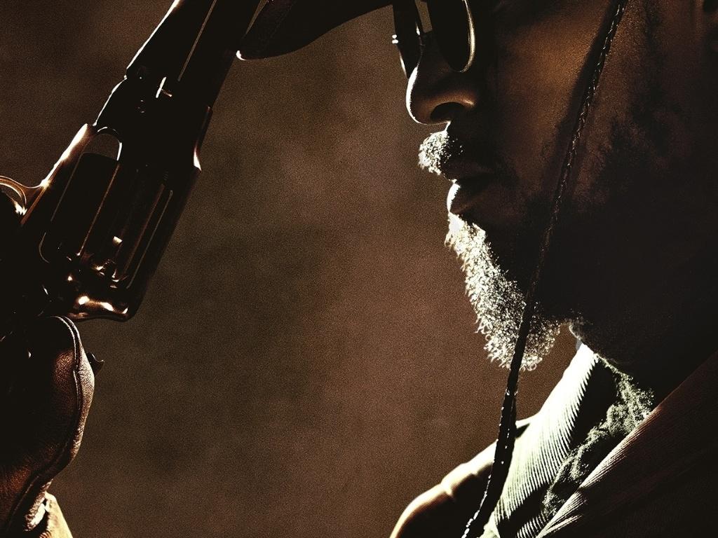 O ator Jamie Foxx aparece caracterizado como o protagonista Django no pôster internacional de